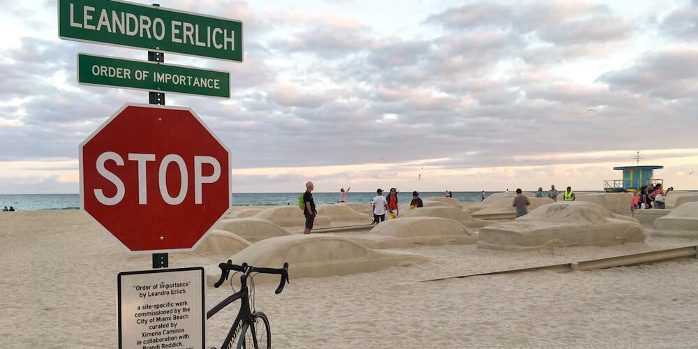 Bir İklim Krizi Anıtı: Sahildeki Araçlar
