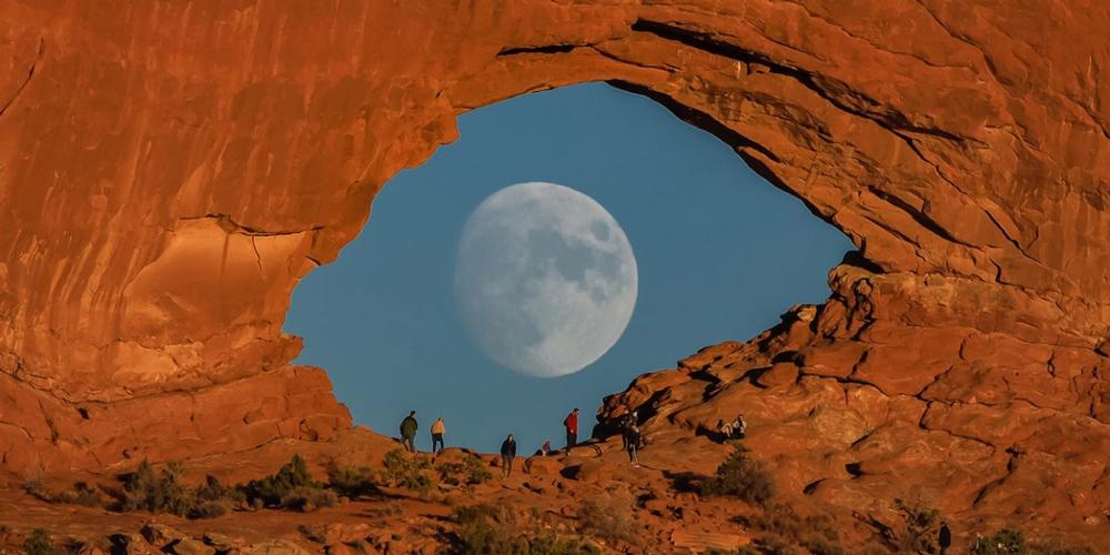 Devasa Bir Göze Benzeyen Ay Fotoğrafı